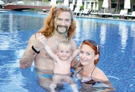 Никита Джигурда и Марина Анисина с ребенком