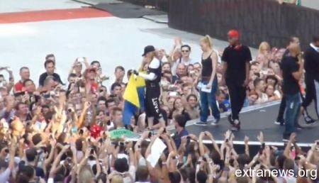 Мадонна с украинским флагом