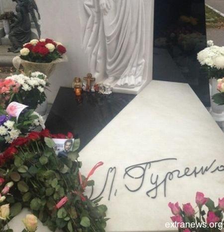 Букет Филиппа Киркорова на могиле Людмиле Гурченко